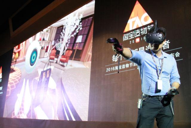 阿里移动平台资深总监庄卓然(南天)演示VR设备