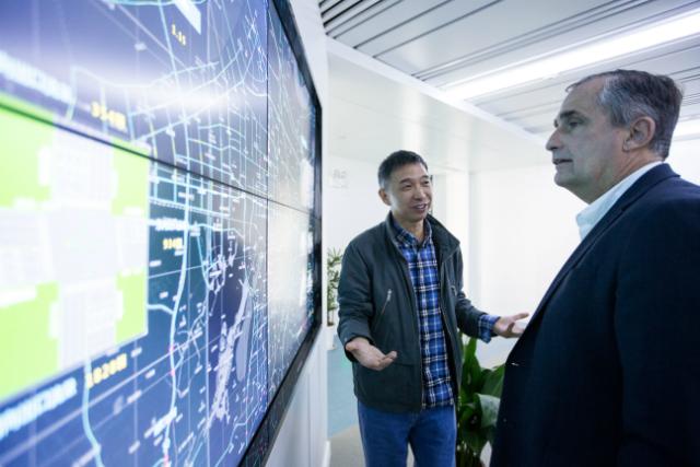 11月3号,英特尔CEO Brian Krazanich与阿里技术委员会主席王坚一同前往云栖小镇参观杭州大脑指挥中心