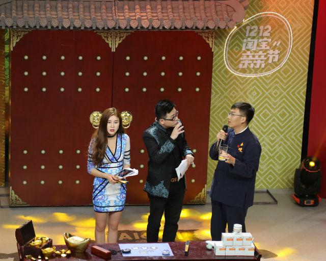 12月3日,长顺县副县长刘春晓正在淘宝直播节目《镇店之宝》上推销长顺绿壳鸡蛋,为了证明鸡蛋的营养价值,他甚至现场生喝了一枚鸡蛋