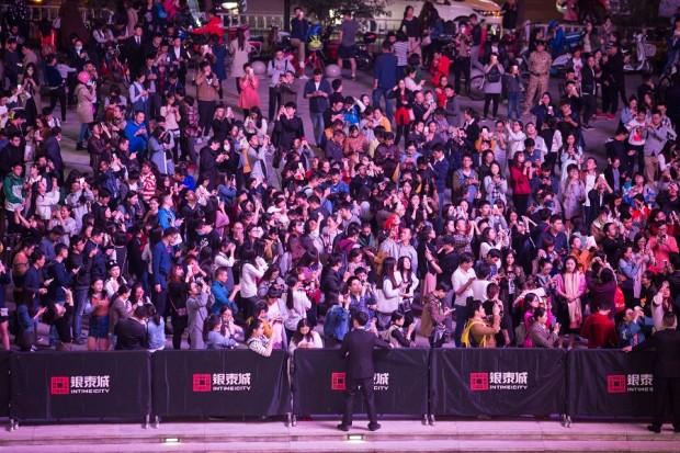 """2016年天猫双11期间,杭州城西银泰门口,数千市民通过手机淘宝扫一扫玩""""捉猫猫""""AR互动游戏,争抢现金红包。"""