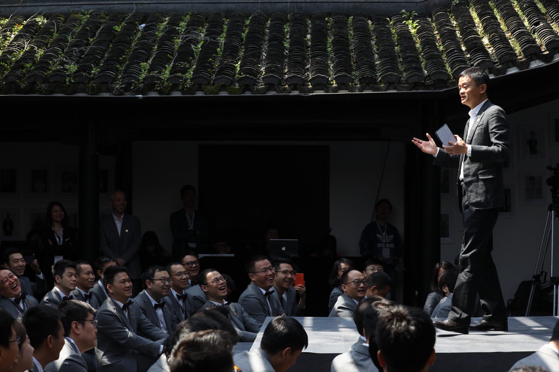 """湖畔大学校长马云提出""""湖畔四为"""",表示湖畔大学的使命就是培养更多有责任、有担当、有情怀的中国企业家群体"""