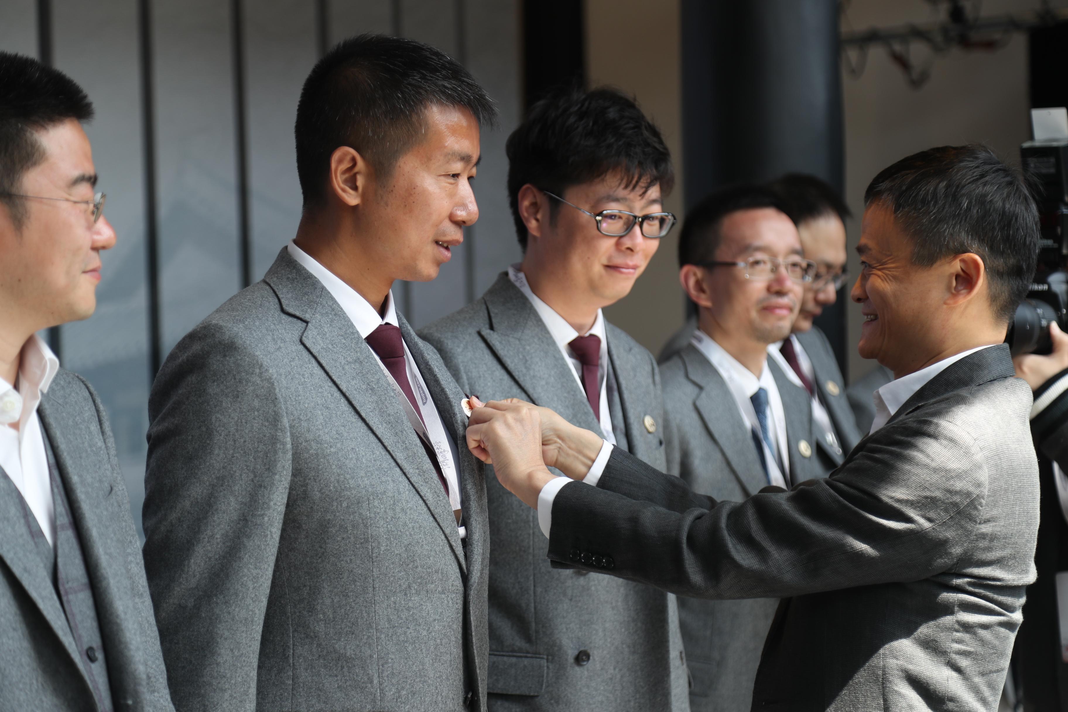 44名新学员依次上台,校长马云亲自为每人戴上校徽,以表达寄望和传承之意。