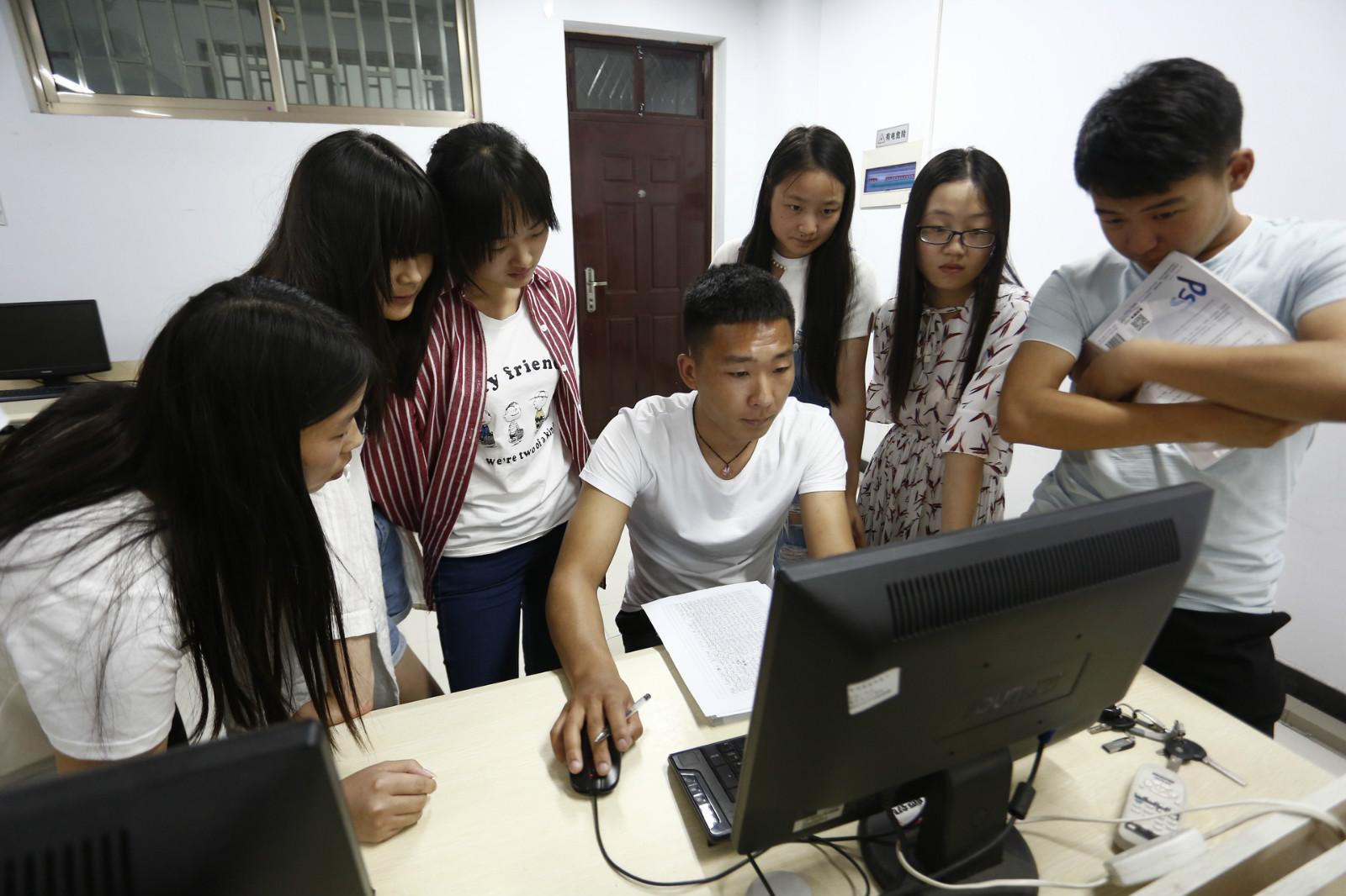 侯正一和同学们谈看网店的新方案_meitu_2