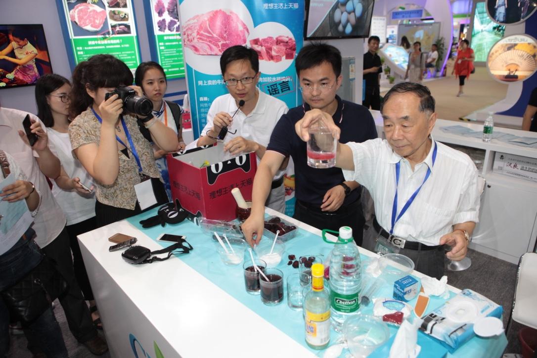 图2,图说:中国工程院院士、天猫生鲜、养殖业者携手向食品谣言宣战