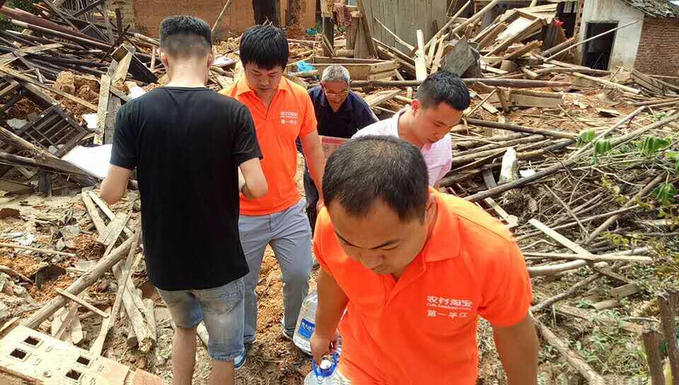 从6月29日起,宁乡、平江、湘阴、湘乡等地230余名农村淘宝村小二就已紧急参与到了灾后救援工作,将大米、食用油、方便面、饮用水等急缺物品送至湖南30余个乡镇的数千村民手中。