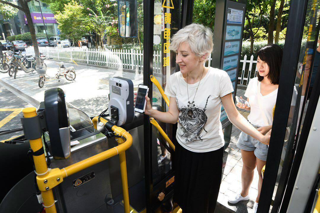 在杭州,可以刷支付宝坐公交。_meitu_3