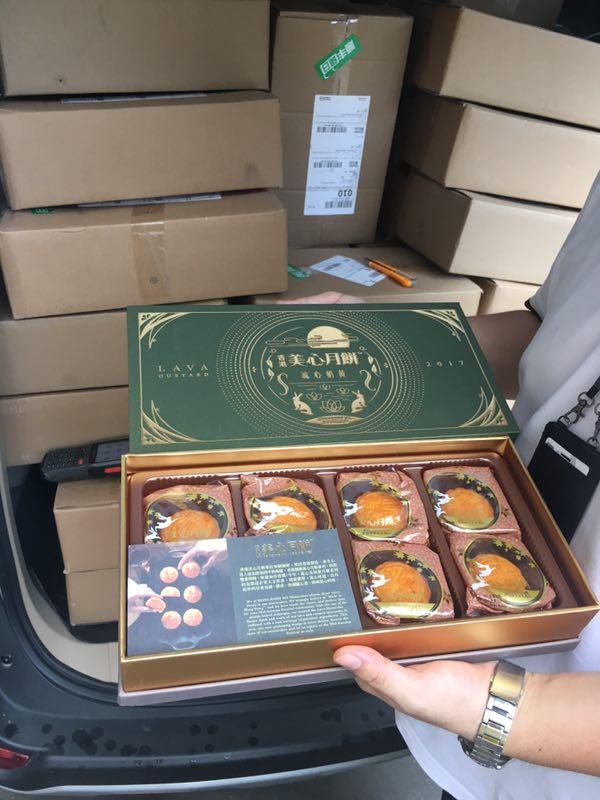 图说:警方在顺丰快递点追回假冒美心月饼174盒。