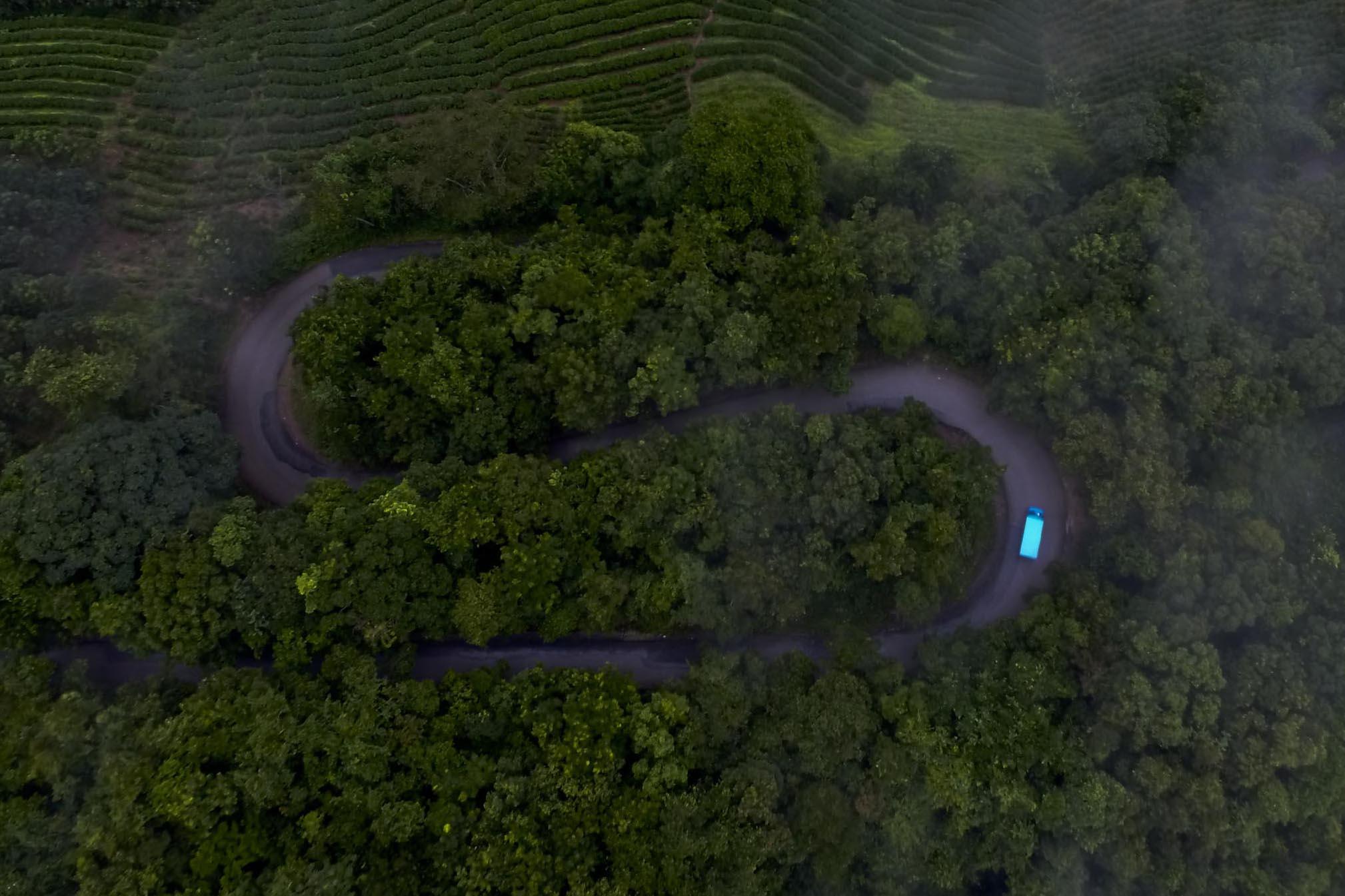 货车行驶在通往勐宋的弯曲山路上