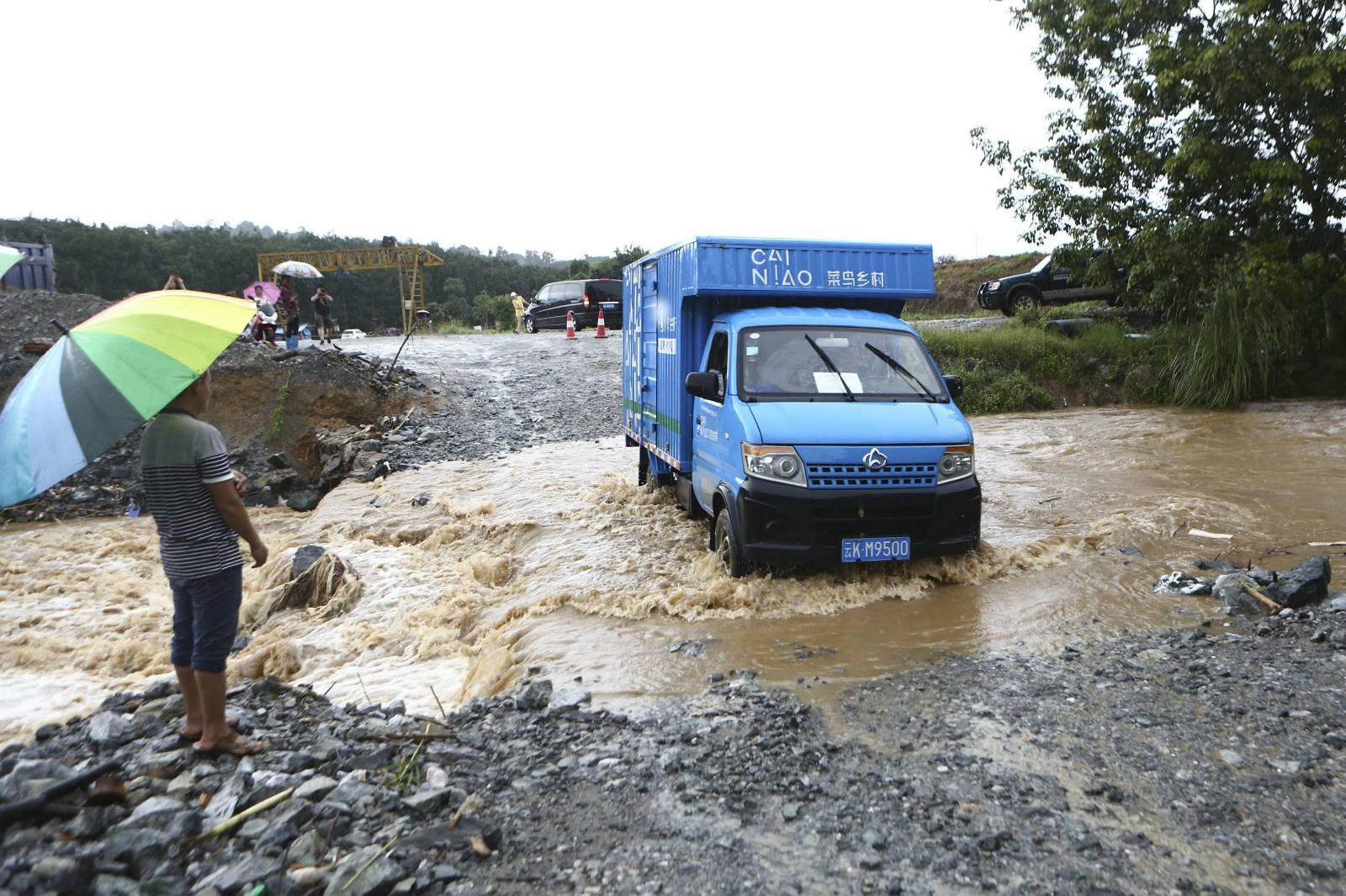 去边境的路途上遇到洪水,驾驶员就怕这样的突发事件_meitu_1
