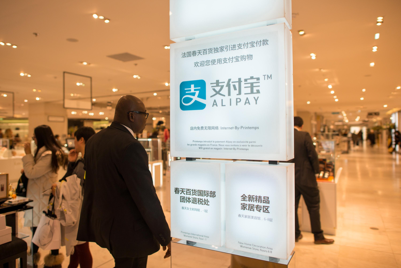 法国巴黎春天百货打出支付宝招牌吸引中国游客。