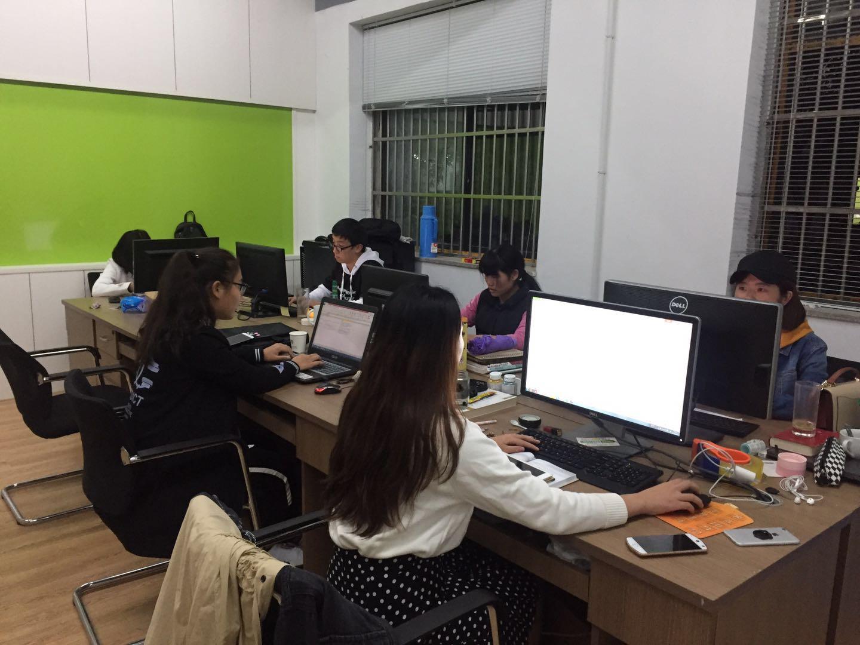 郑庆良团队在策划双十一文案