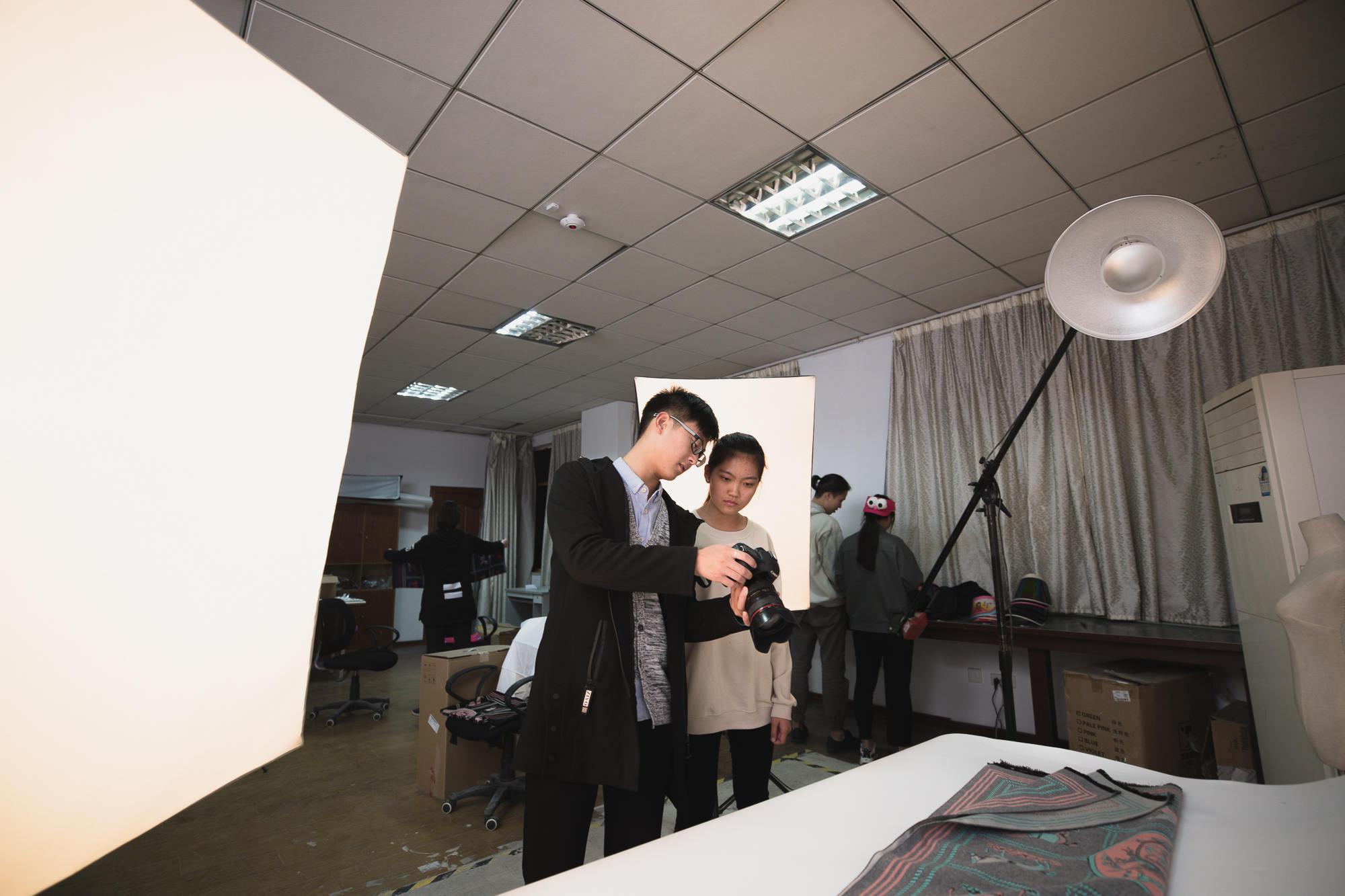 学院摄影班学生熬夜赶拍产品