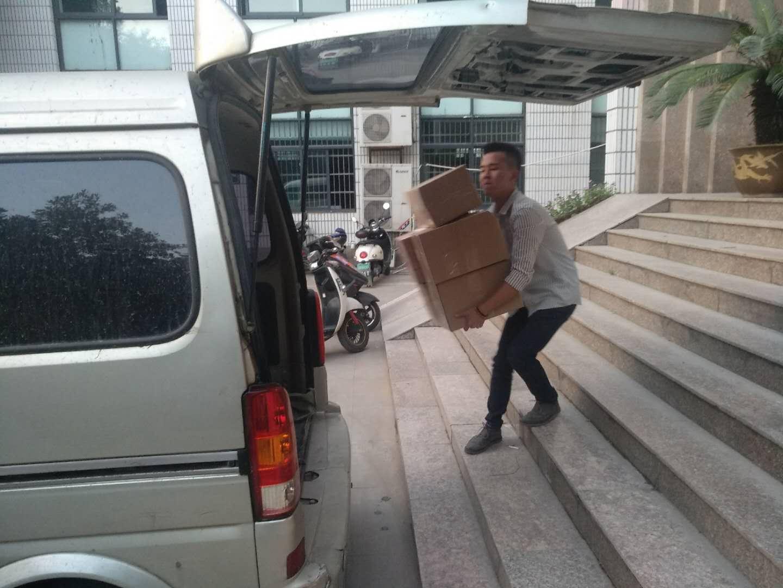 殷翃的小伙伴在紧张地搬货