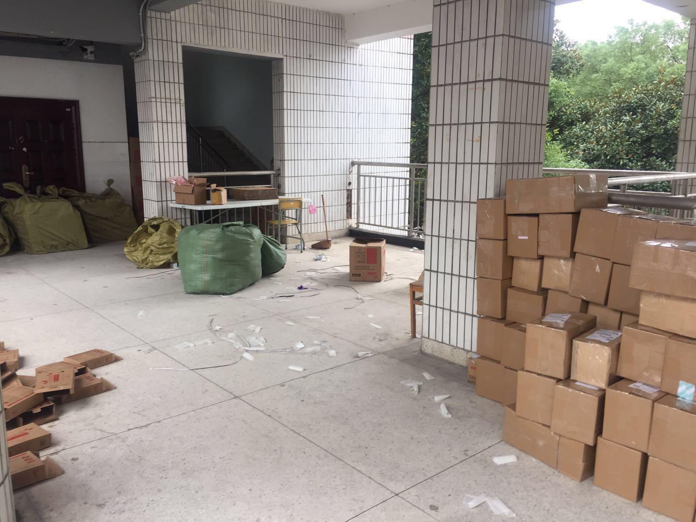 学院走廊、楼梯随处可见包裹、纸箱