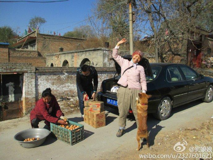 张维维开心地收到网友在淘宝拍的火腿肠和鸡蛋