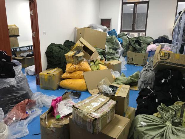 图说:假货源头在上海一加工窝点,现场堆放大量半成品和假授权书