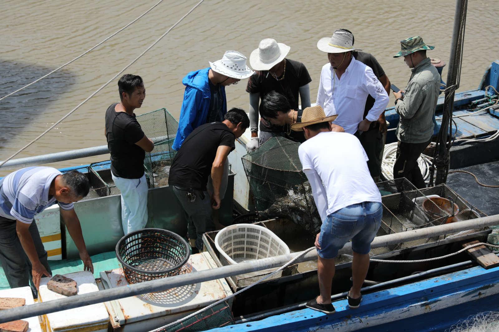 李欠华(蓝衣服)在看海鲜的品质(大图)_meitu_6