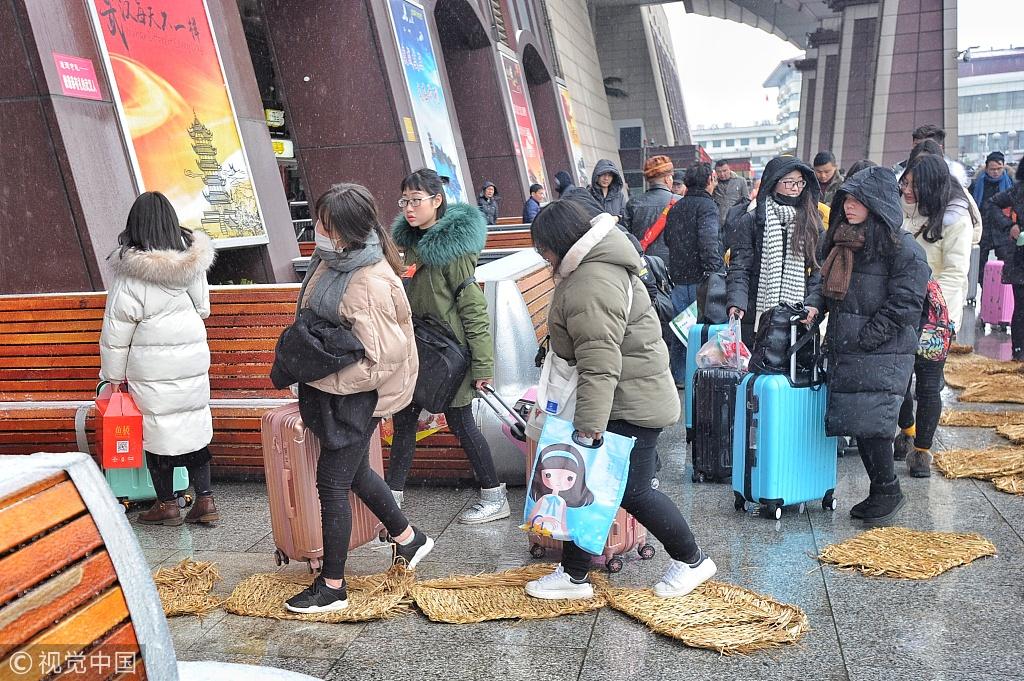 火车站门口铺设的草垫