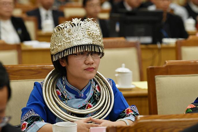 3月5日,全国人大代表、贵州铜仁农村淘宝合伙人华茜听取政府工作报告。