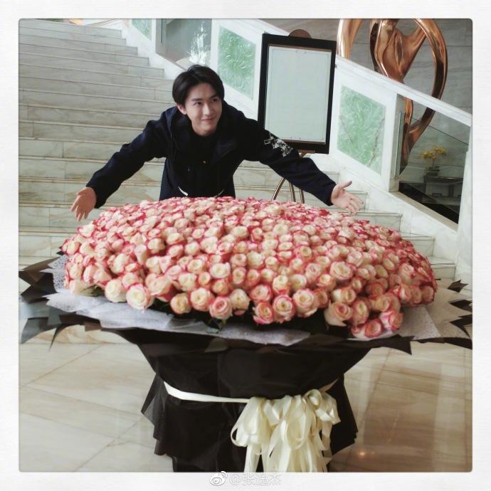 演员张逸杰和收到的一千多荷兰玫瑰