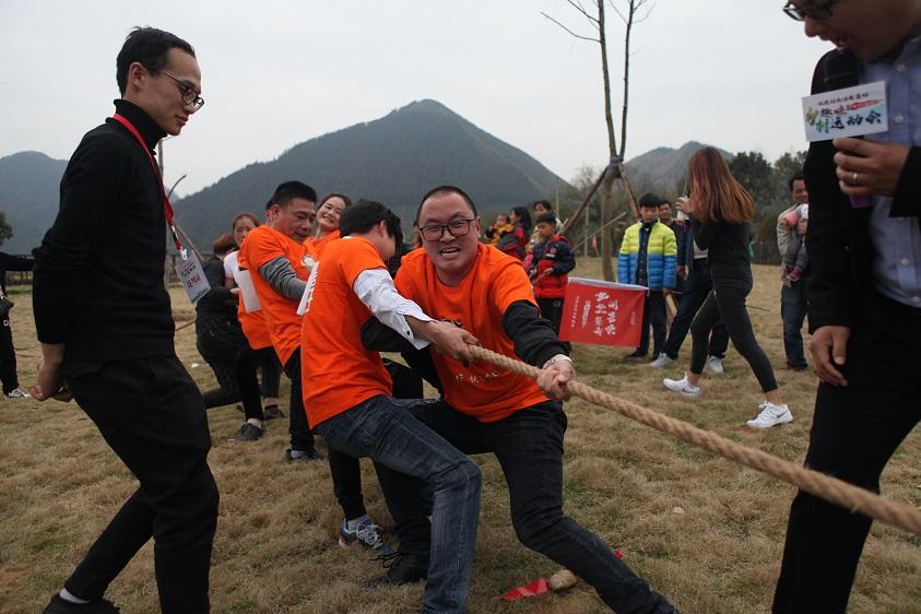 这场农村淘宝主办的趣味运动会,不仅吸引了村里的年轻人参加,周末来度假的游客也加入到比赛里。