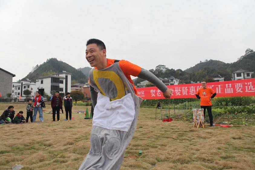 3月25日,农村淘宝首届乡村趣味运动会在浙江开化下淤村举行。参赛村民分成两队,进行田间拔河、赶猪跑、袋鼠运瓜等6个项目的比赛。