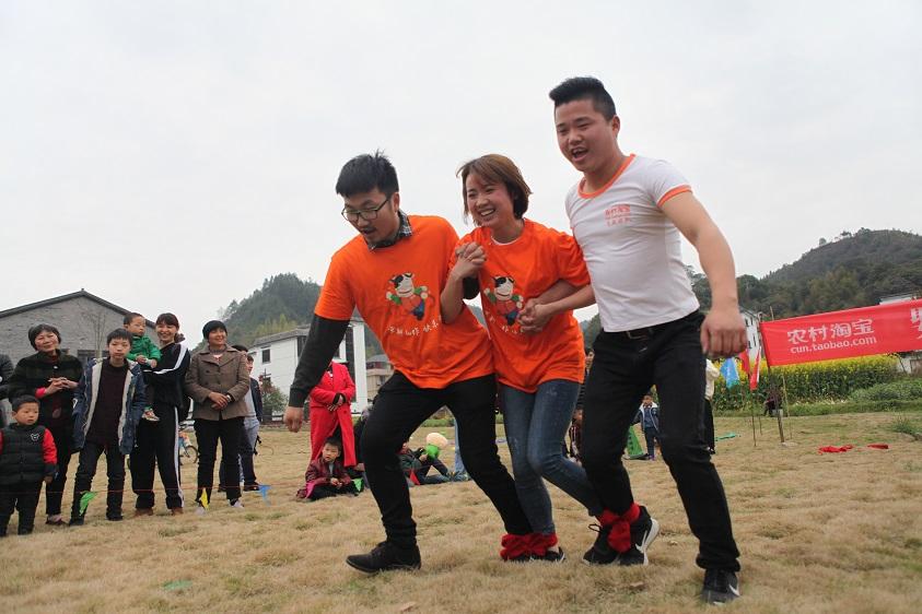 队员们进行三人四足跑比赛。当天的运动会,参赛者都可以获得耐克、阿迪达斯等运动品牌提供的正品运动装备。