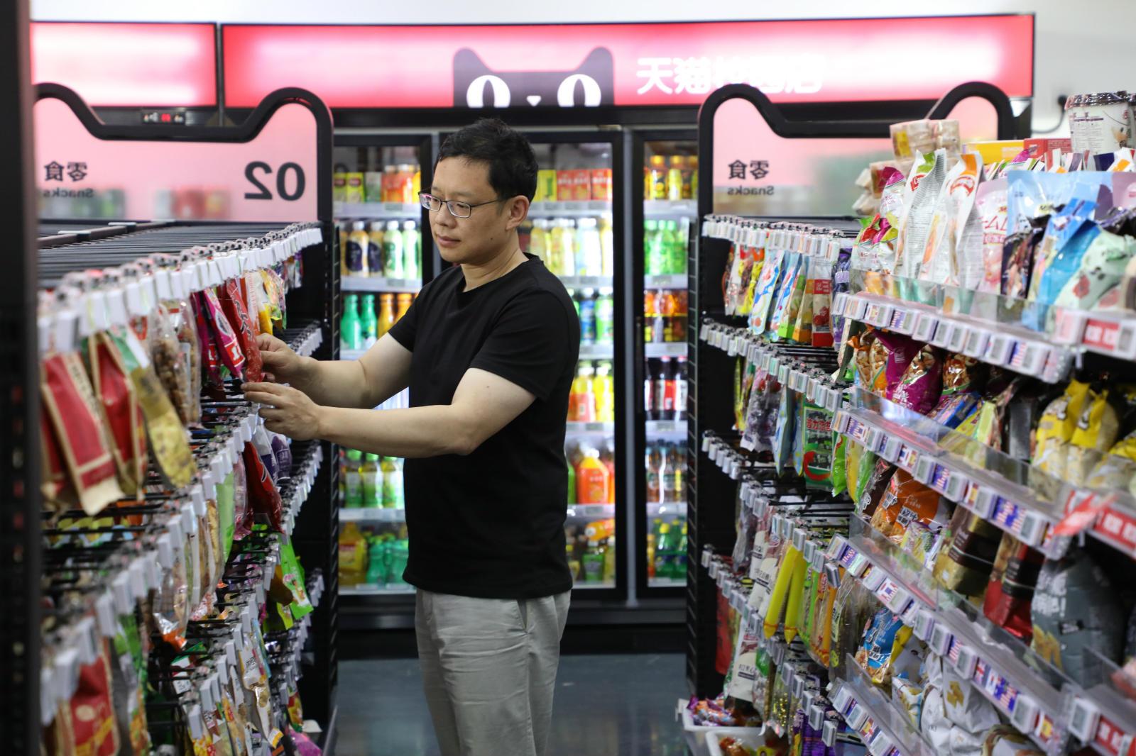 天猫校园店老板陈俊儒正在整理货架_meitu_7