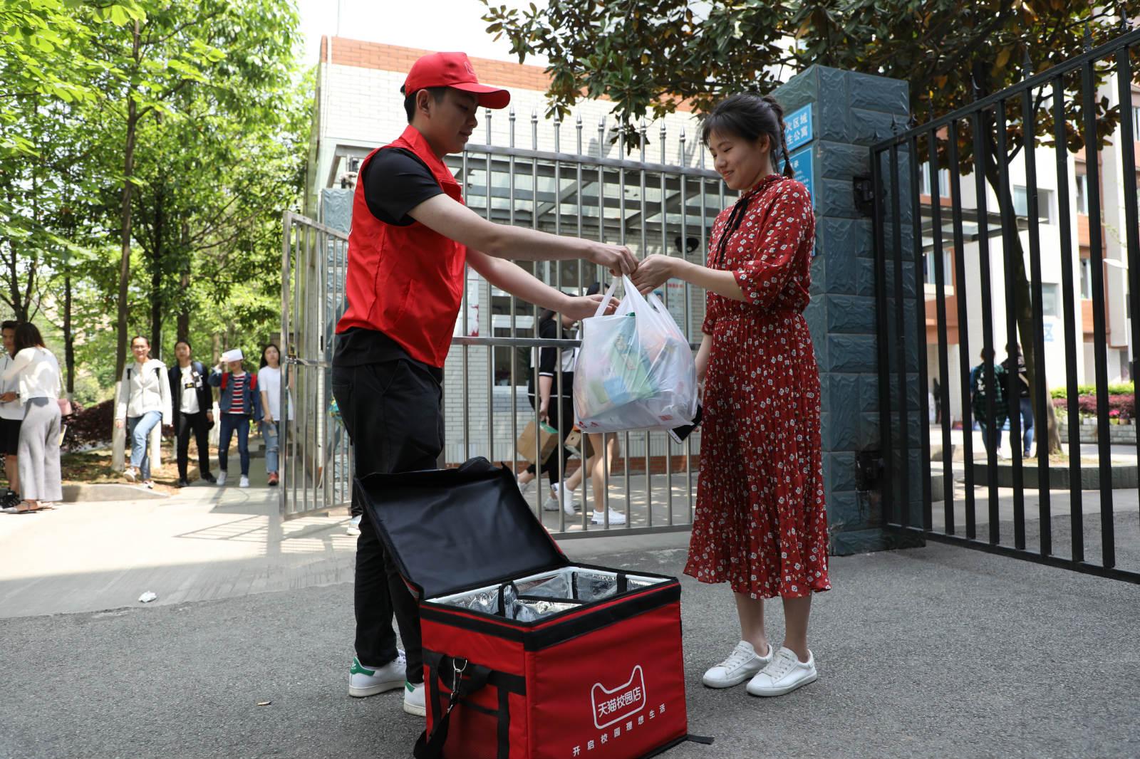 一位女大学生正在签收快递小哥送来的零食_meitu_9
