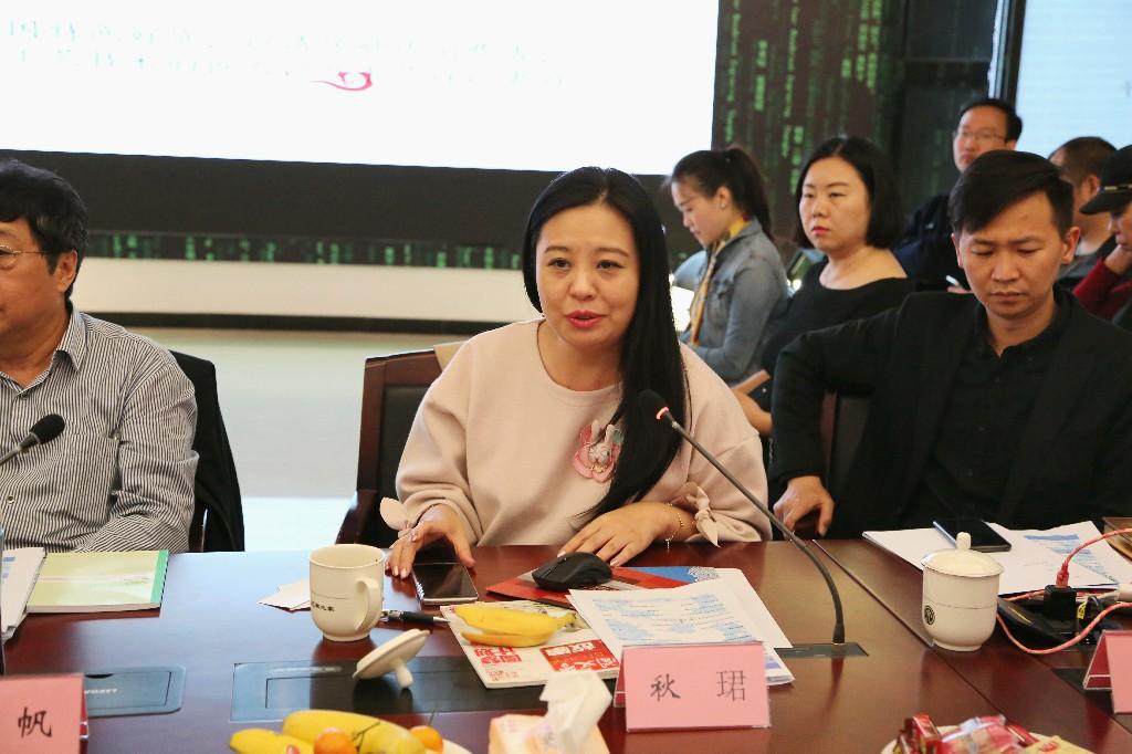天猫家具家纺总经理秋珺在现场介绍中国匠人计划