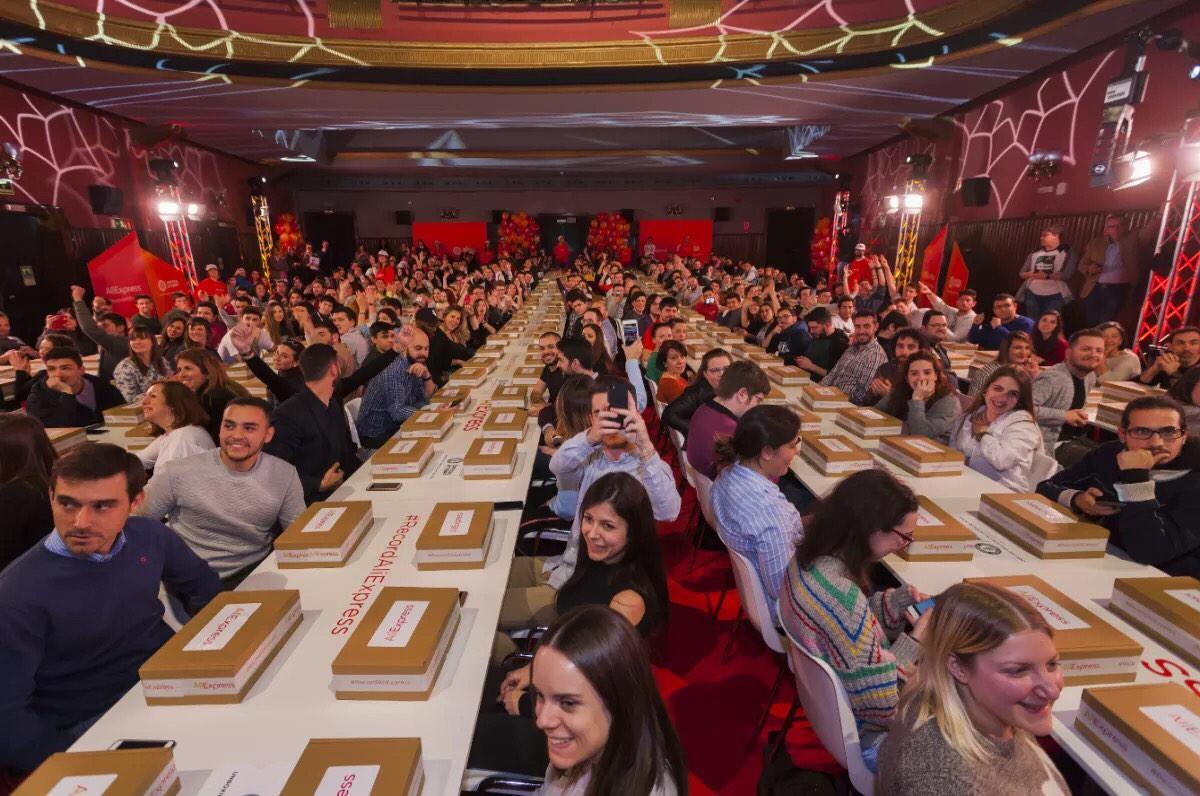 """3月22日,速卖通买家在马德里举行的""""拆包裹""""大赛,现场302个盒子被同时打开,获得吉尼斯世界纪录"""
