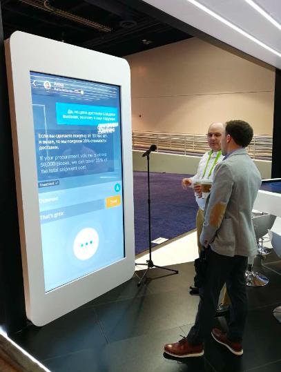 图说:2018年CES国际消费电子展上,阿里AI翻译展区的参观者进行实时翻译