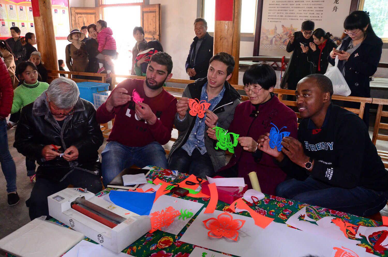 叙利亚留学生们在学剪纸_meitu_8