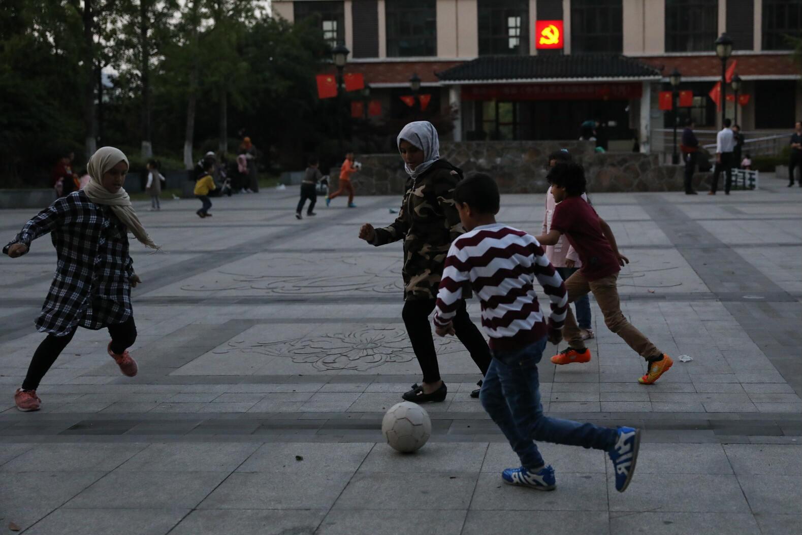 夕阳下,外籍孩子们在踢足球_meitu_14