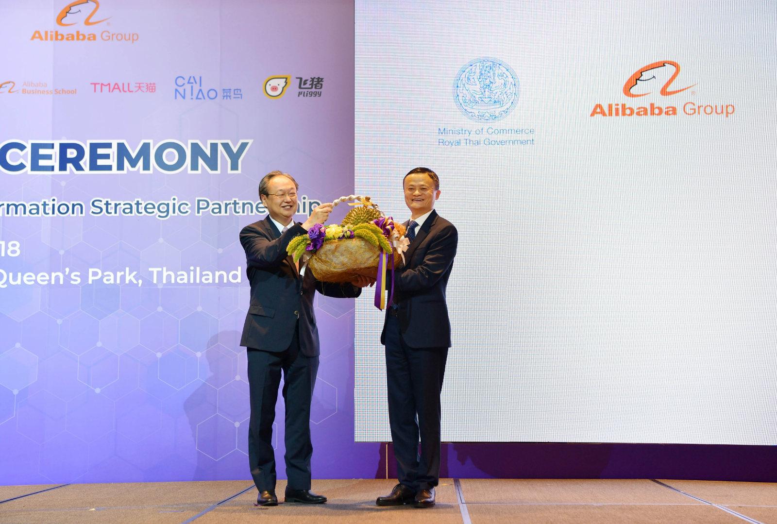 配图1 阿里巴巴董事局主席马云接受泰国商务部长赠送的泰国金枕头榴莲_meitu_19
