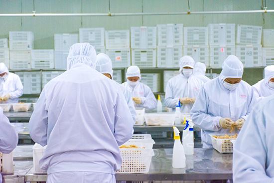 工作人员每天每人需要为800只鸡爪去骨
