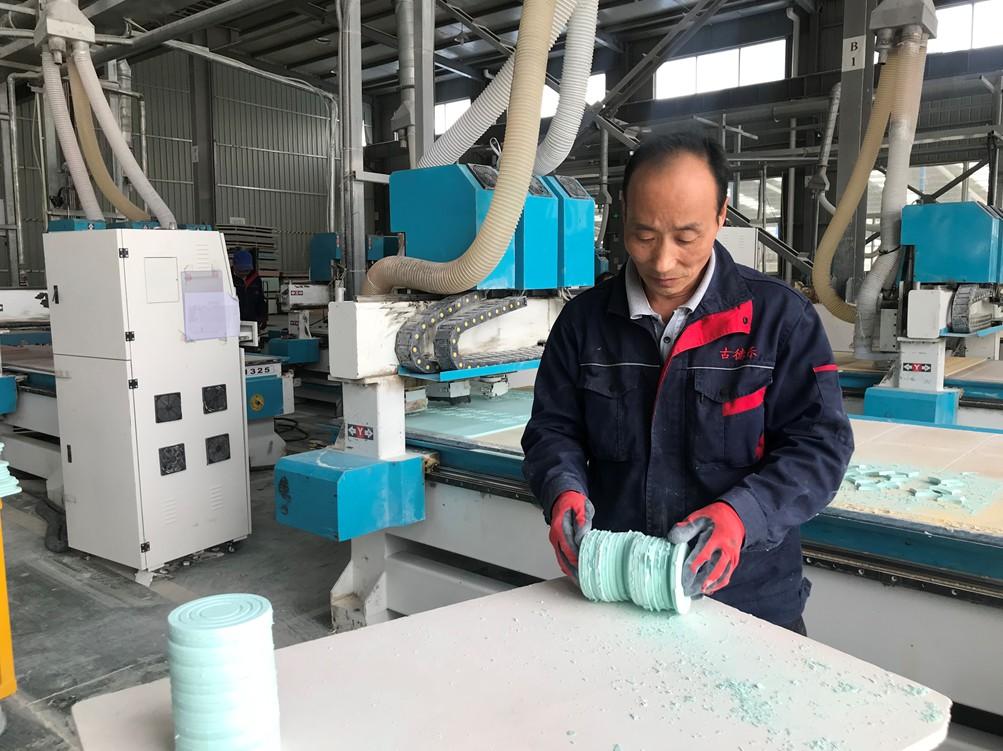工人在制作硅藻泥相关产品
