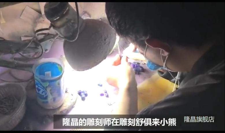 雕刻师在雕刻产品