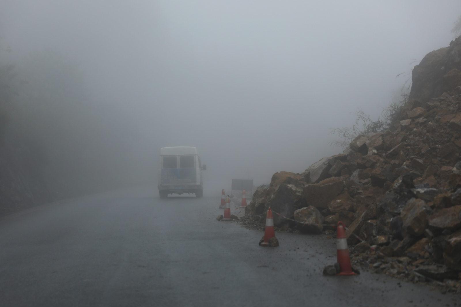 8老邓的车在迷雾里穿行_meitu_11