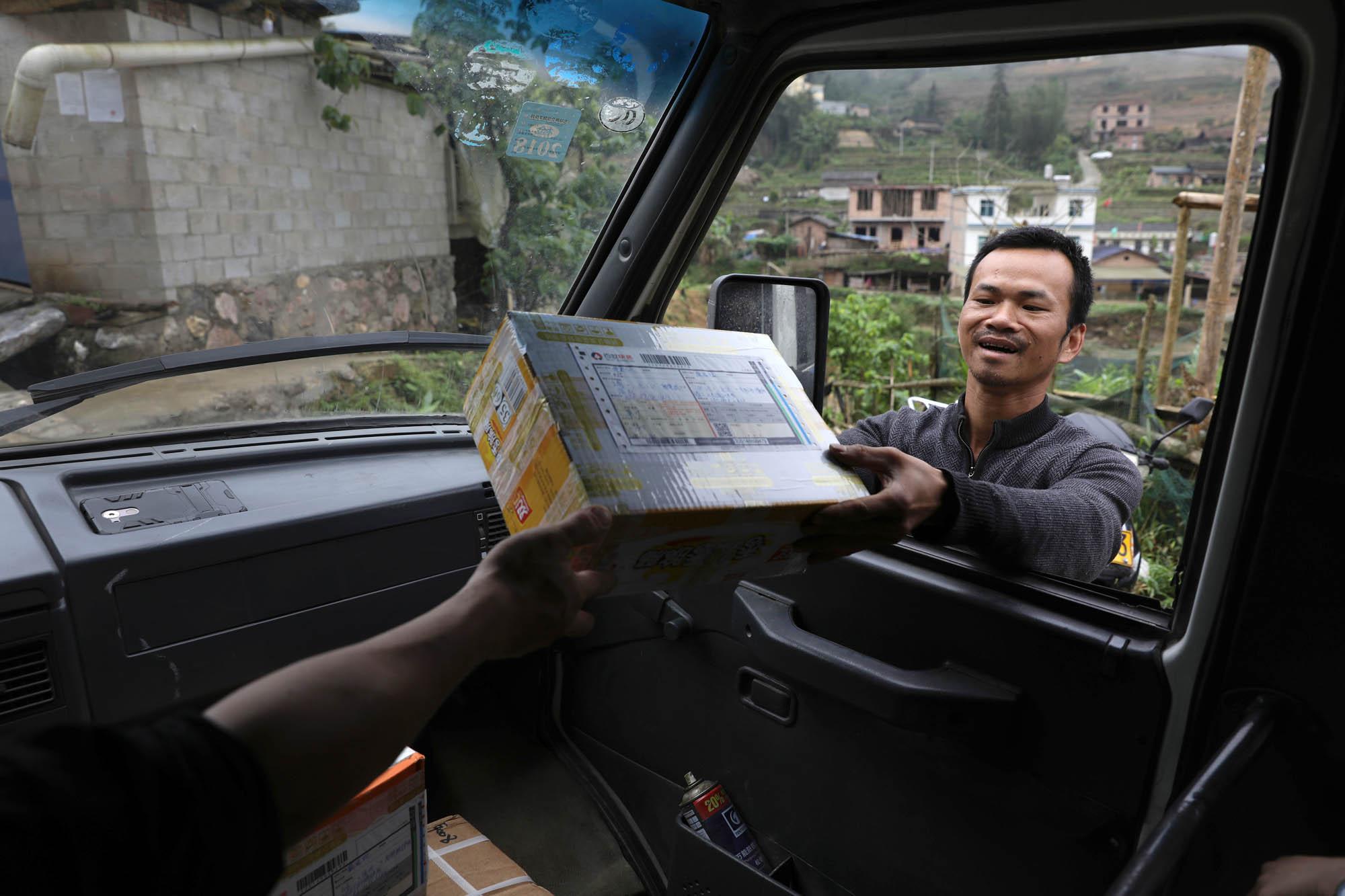 老邓也帮村民带点货