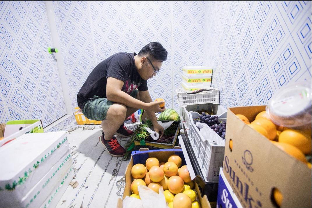 宋俊超在冰库里检查水果质量_meitu_6