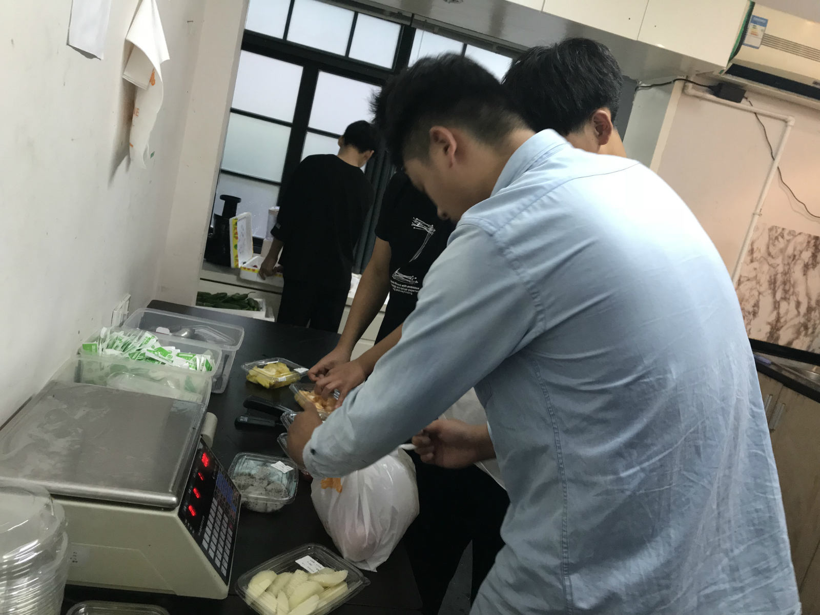 赵刚指导店员如何打包水果餐盒_meitu_7