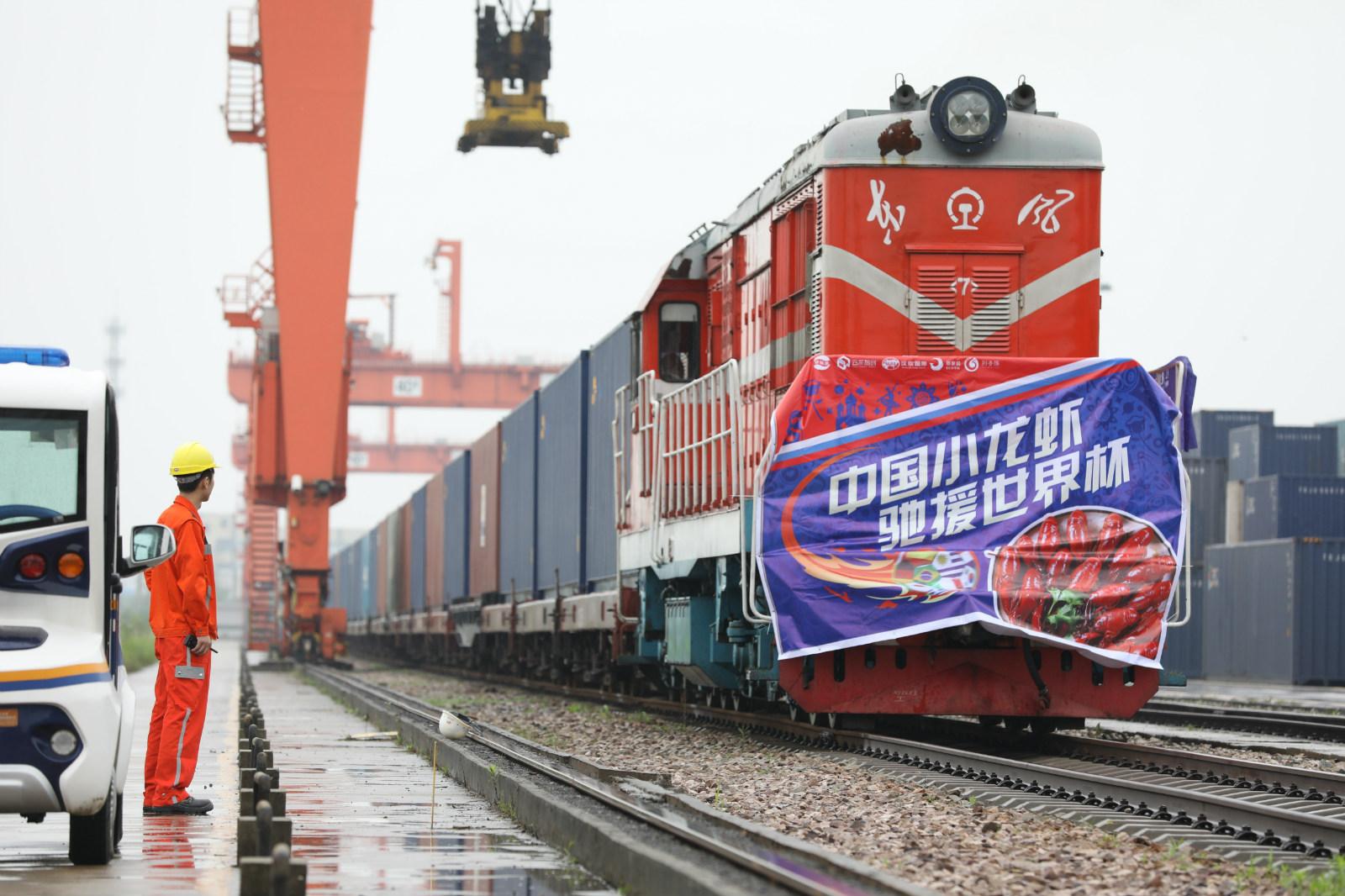 5月31日,武汉,装载10万只小龙虾的汉欧铁路列车出发,大约17天后抵达莫斯科。_meitu_6