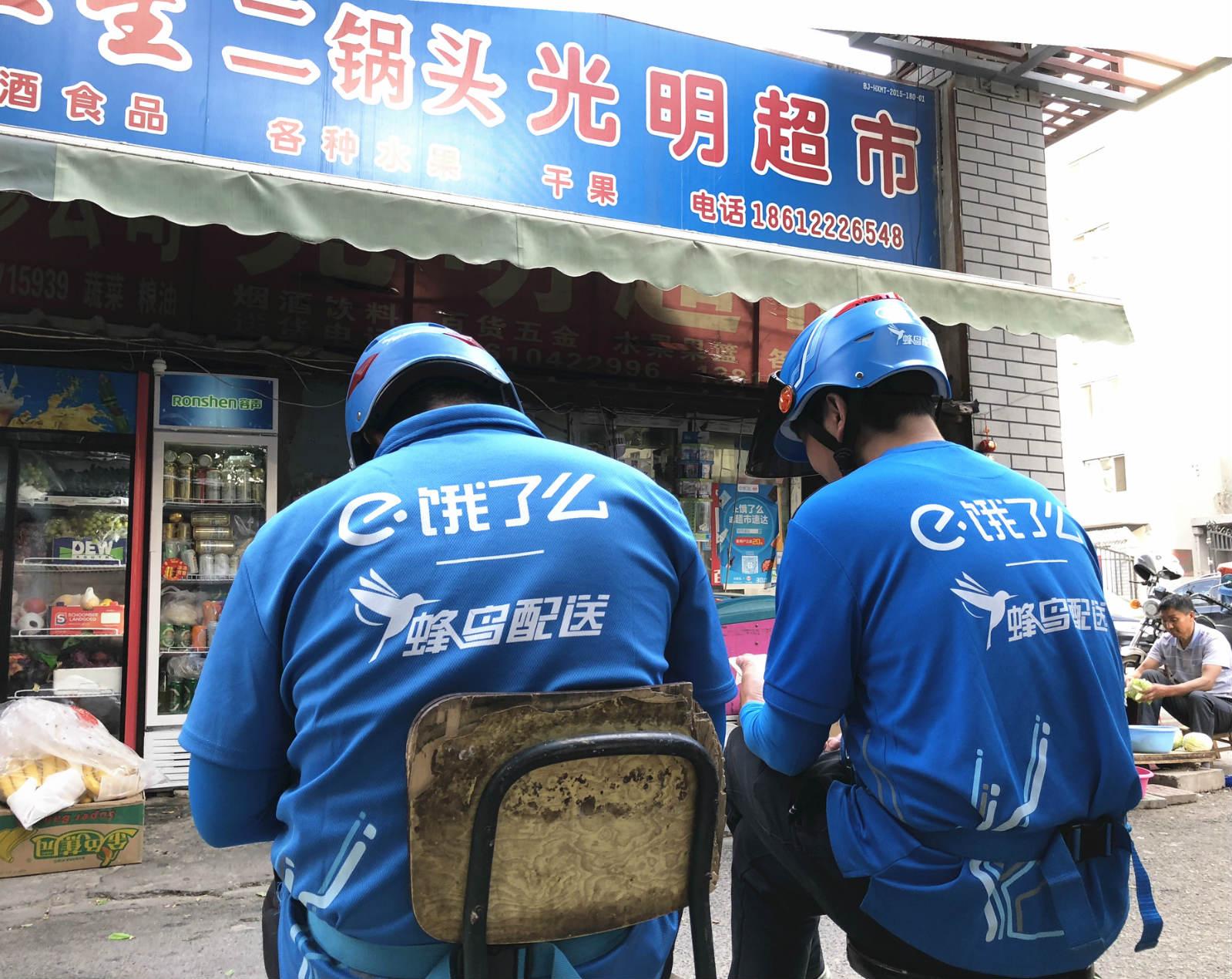 吴小燕夫妇两人在门口摆了一排凳子供饿了么小哥来休息,节省配送时间_meitu_3