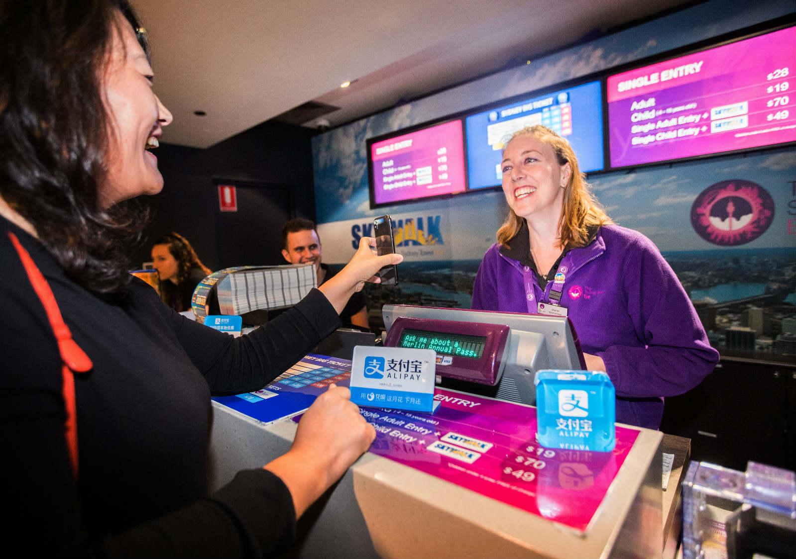 2018年4月,来自中国的游客在澳洲悉尼参观悉尼塔时,使用支付宝购买门票。_meitu_2