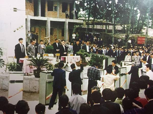 1990年5月20日,新飞公司销毁不合格冰箱现场