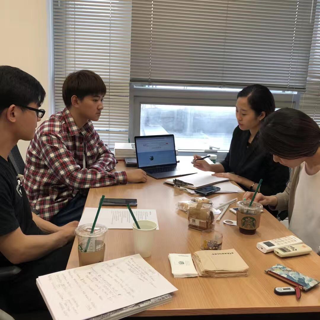 在韩国接受采访的盛太