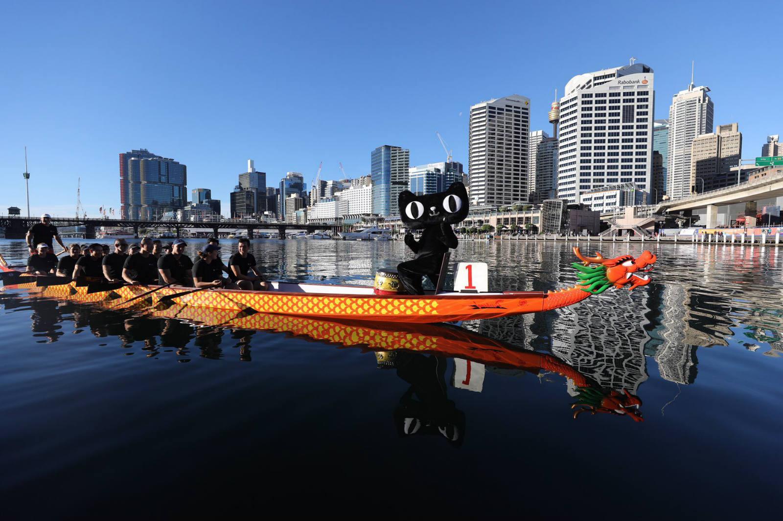 在迎接端午节的到来,澳洲华人王娇娇在天猫上购买一艘来自杭州千岛湖的龙舟行驶在澳洲悉尼情人港2_meitu_5