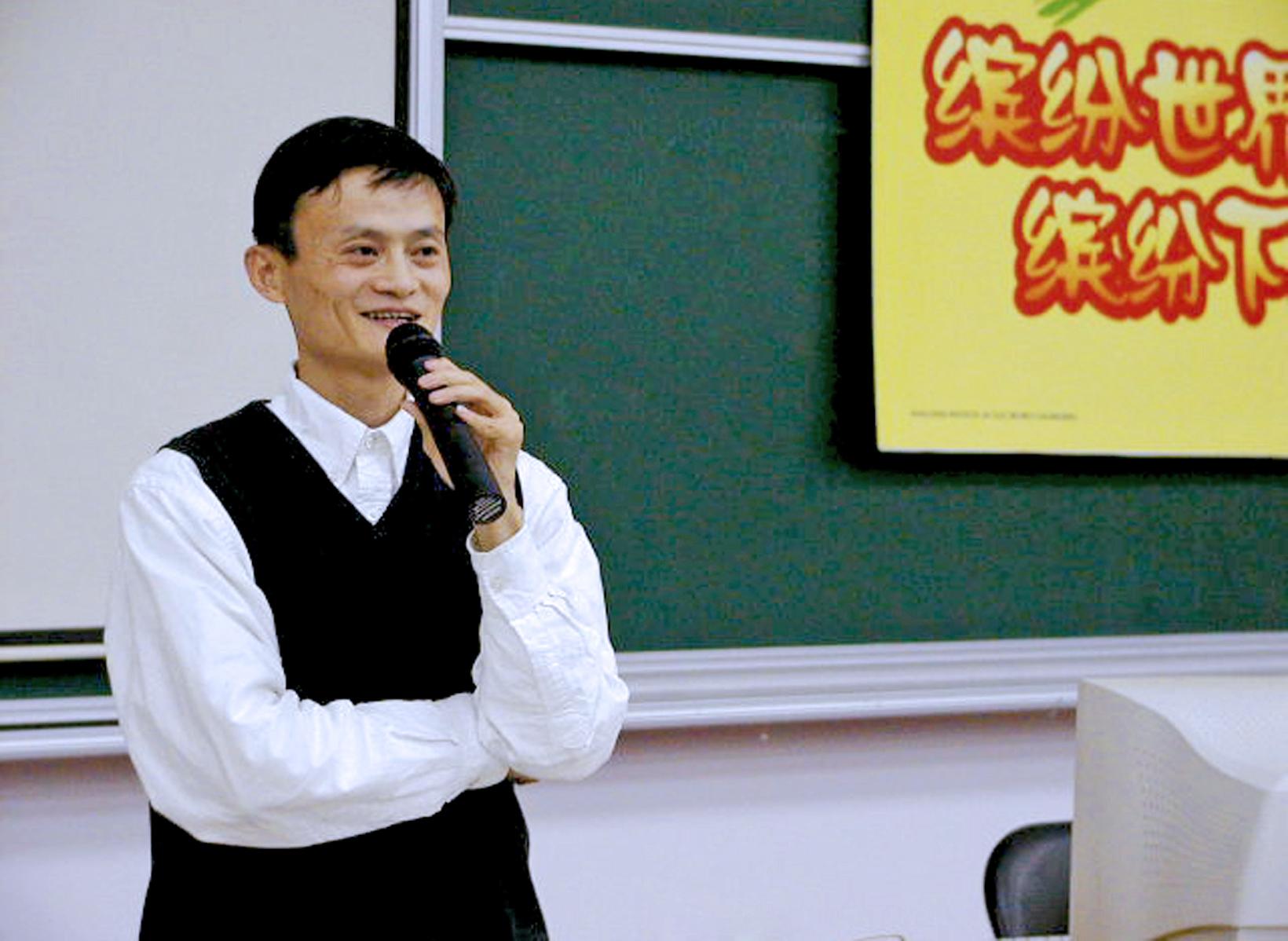 2002年4月,马云在杭电做演讲