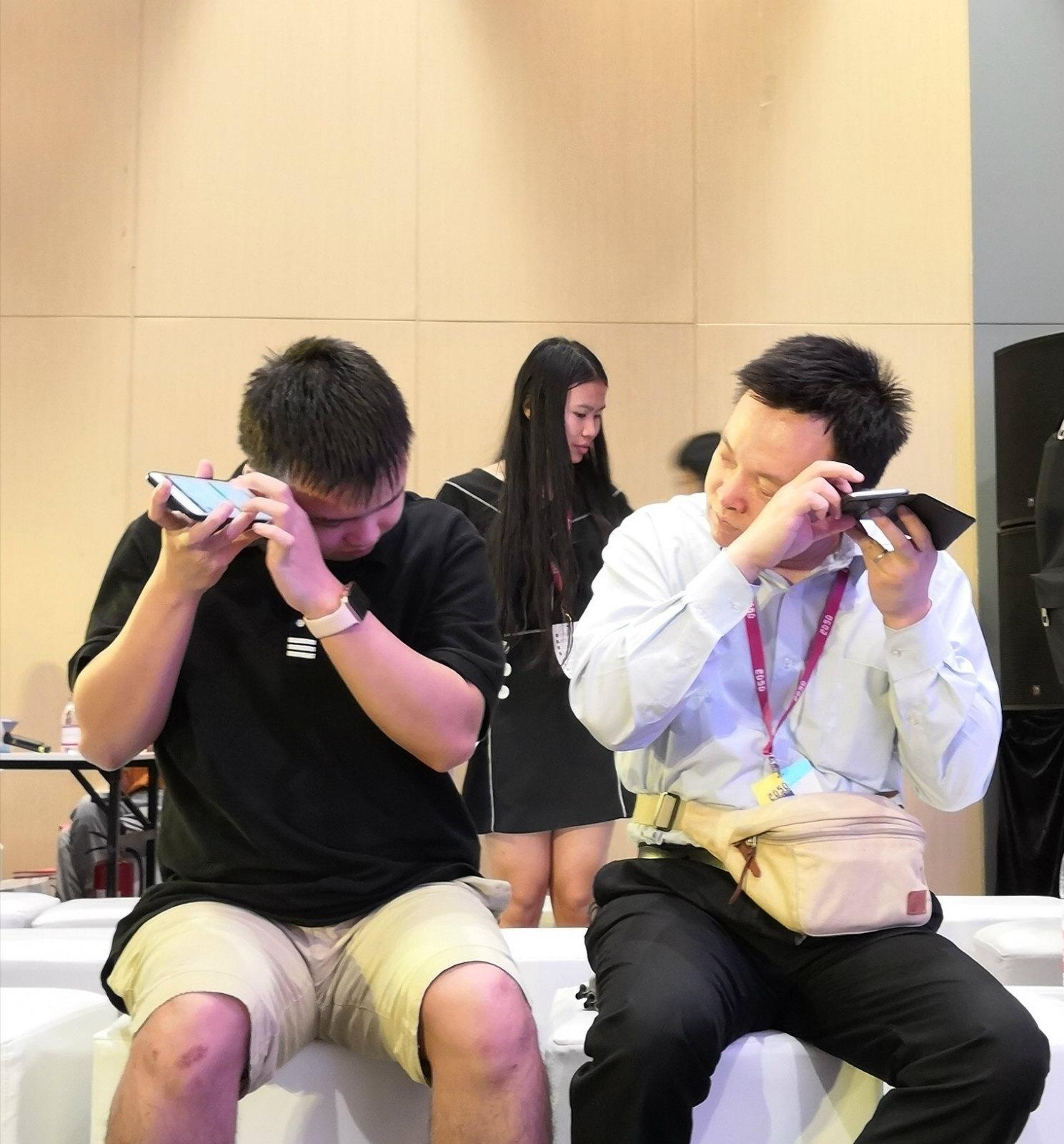 沈广荣(左)、张平(右)在使用手机_meitu_14